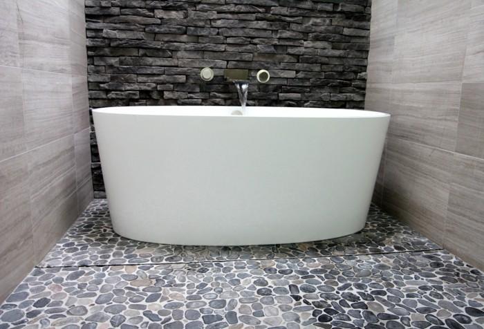 Salle de bain bois et galet maison design for Galet salle de bain vernis