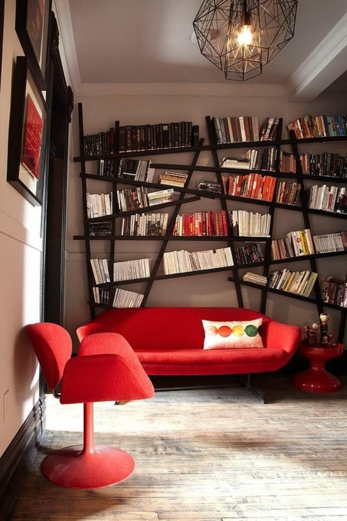 0-bibliotheque-conforama-etagere-murale-design-en-bois-foncé-canapé-rouge-parquet-clair