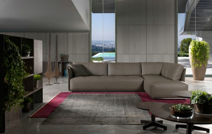0-canapé-italien-design-en-cuir-de-couleur-gris-foncé-tapis-violet-murs-gris