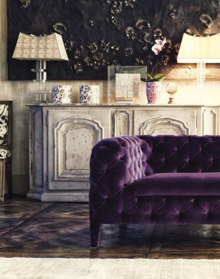 0-canape-capitonne-chesterfield-de-coulelur-violet-comment-associer-prune-couleur-salon