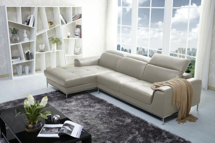 0-canape-cuir-italien-de-couleur-blanc-tapis-gris-dans-le-salon-chic-fenetre-grande