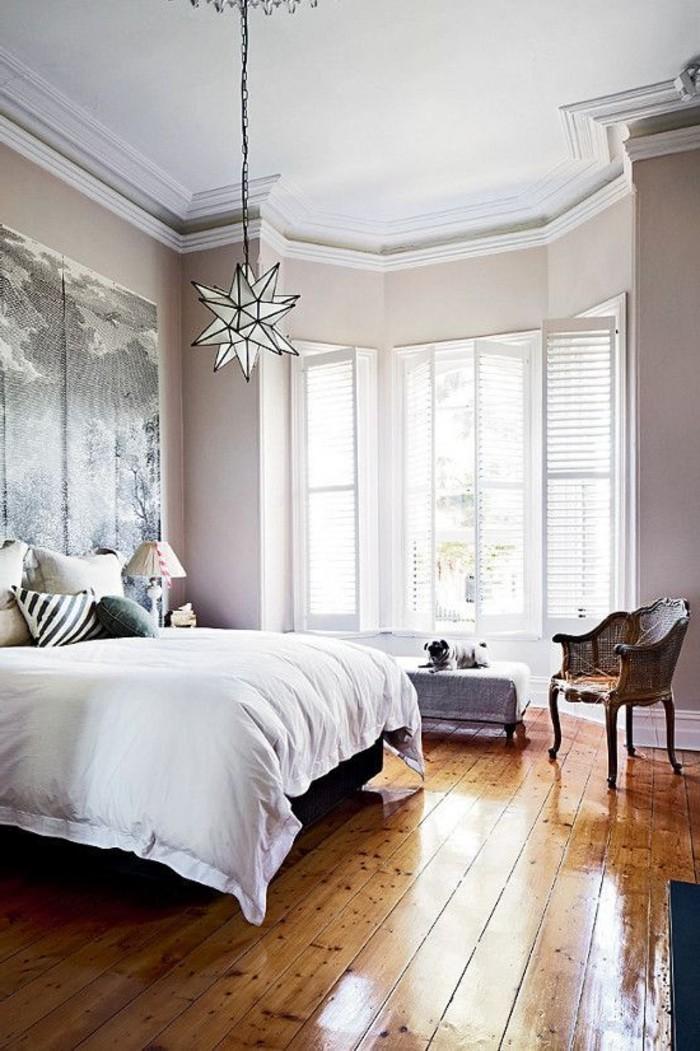 0-chambre-a-coucher-avec-sol-en-parquet-clair-et-lit-double-parquet-clair-murs-beiges