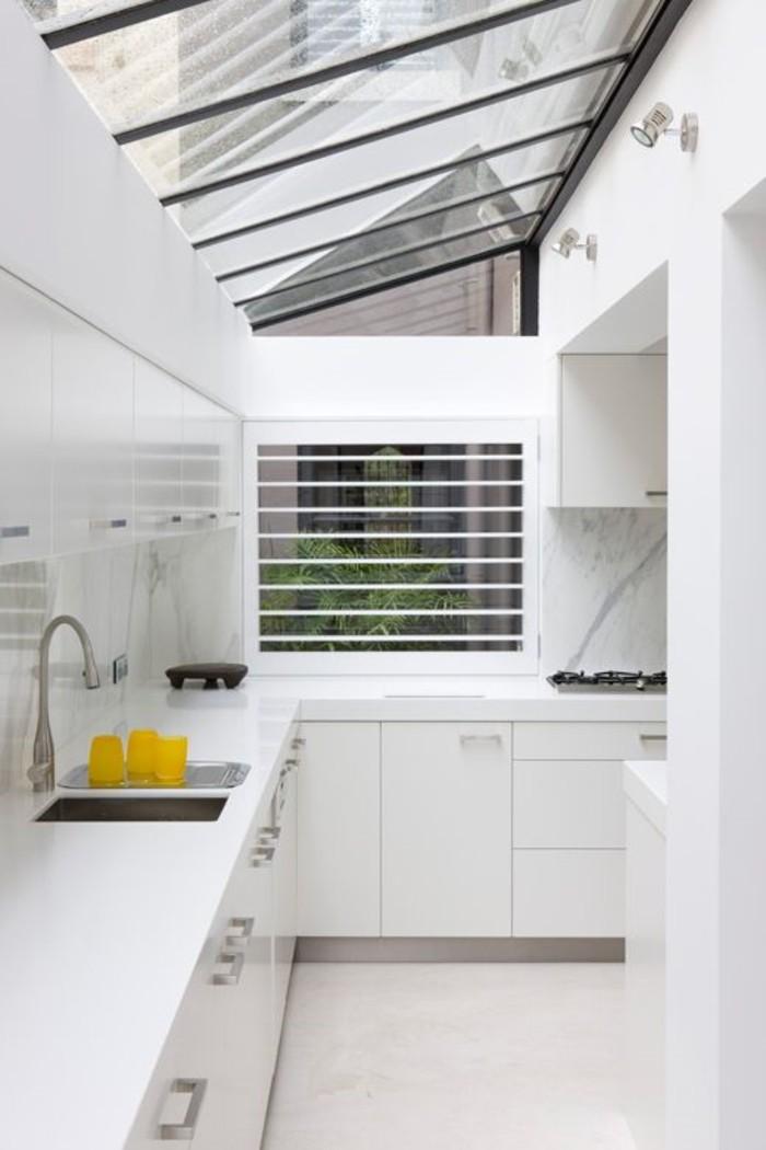 0-cuisine-blanche-fenetres-de-toit-fenêtre-de-toit-velux-pour-la-cuisine-blanche