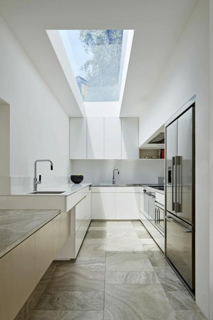 0-cuisine-blanche-taupe-avec-fenêtre-de-toit-velux-sol-en-carrelage-beige-meubles-de-cuisine