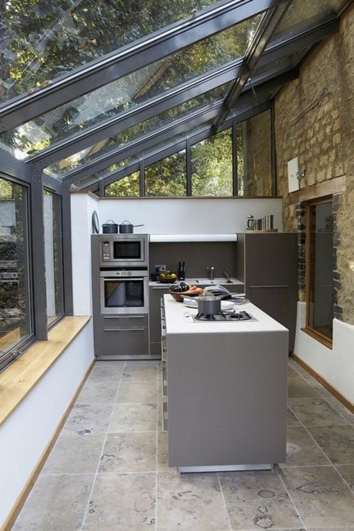 0-cuisine-moderne-avec-fenêtre-de-toit-velux-verrier-toit-dans-la-cuisine