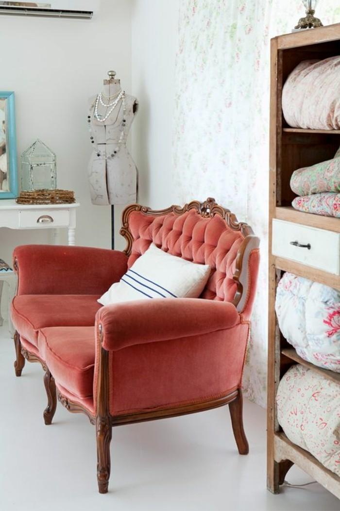 0-interieur-baroque-avec-canapé-chesterfield-pas-cher-de-couleur-orange-idee-deco-salon