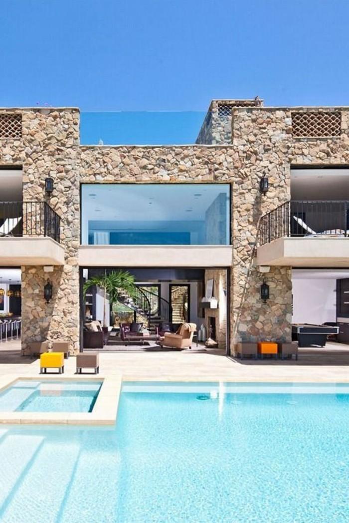 0-investir-en-floride-piscine-magnifique-devant-la-maison-avec-piscine-exterieur