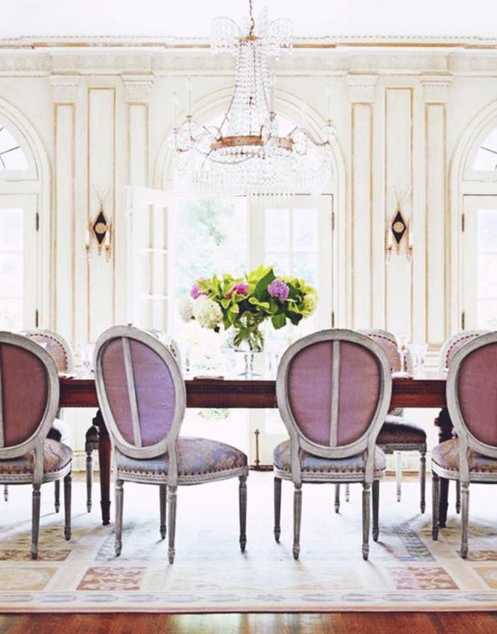 0-jolie-salle-a-manger-chaises-nuancier-violet-nos-idees-tapisserie-chaises