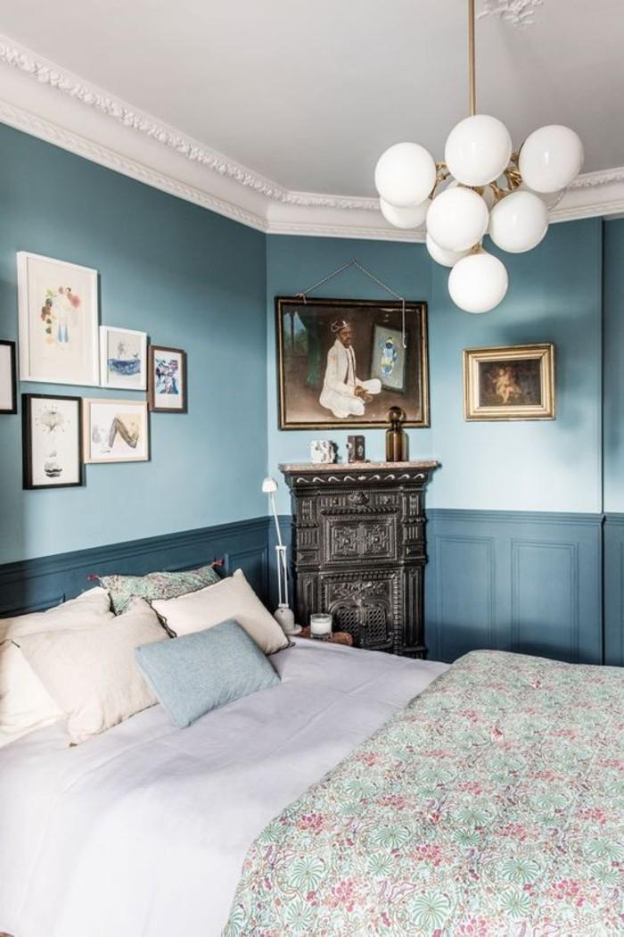 0-magnifique-chambre-à-coucher-avec-lustres-design-blanches-murs-bleus-foncés