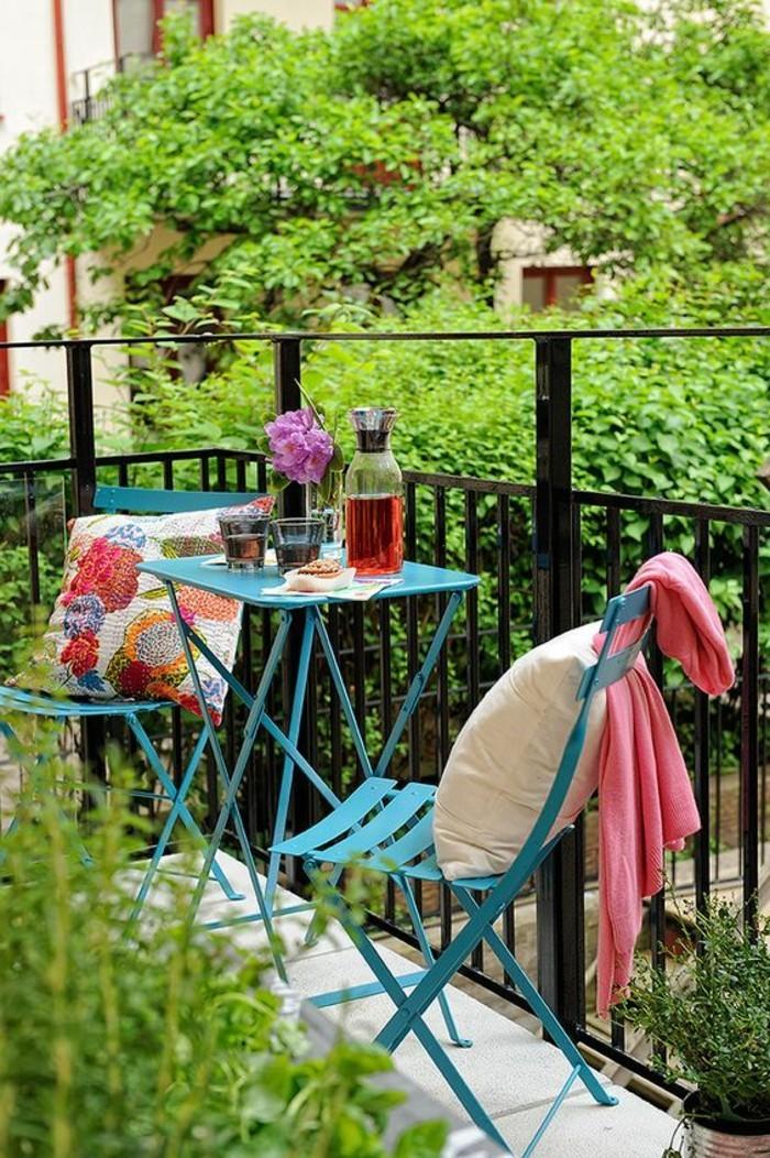 0-meubles-de-balcon-en-fer-idee-deco-balcon-avec-fleurs-et-plantes-vertes