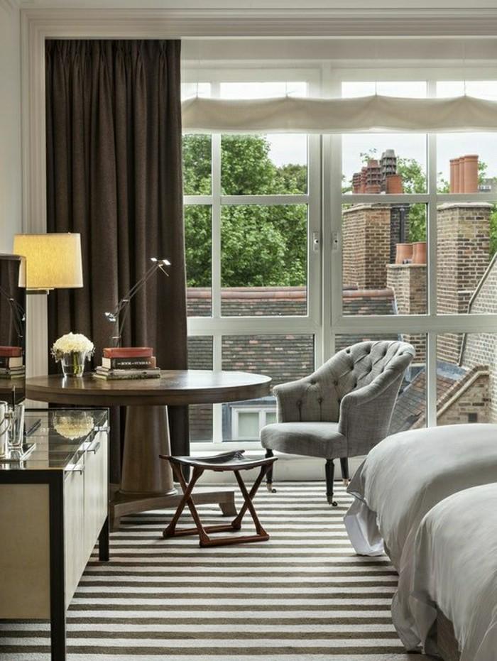 0-moquette-st-maclou-chambre-a-coucher-moderne-avec-rideuax-longs-de-couleur-marron