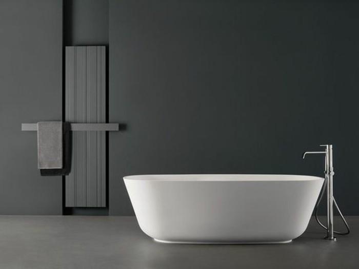 0-portes-serviettes-baignoire-blanche-dans-la-salle-de-bain-chic-murs-gris