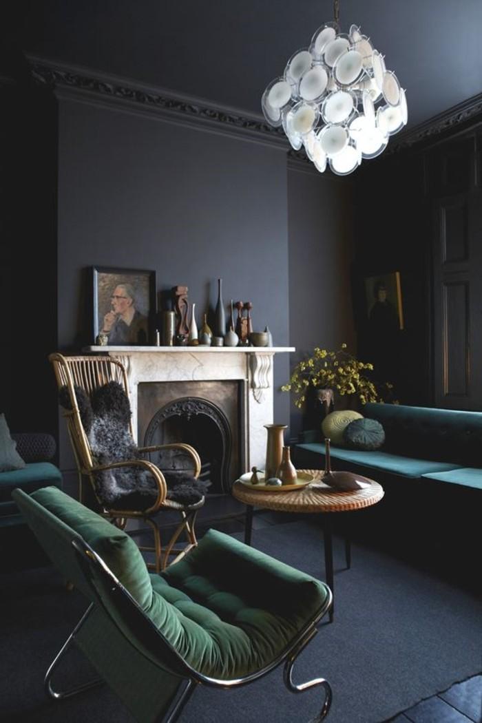 0-salon-avec-murs-gris-foncé-chaises-vertes-lustre-design-pour-le-salon-chic-et-moderne