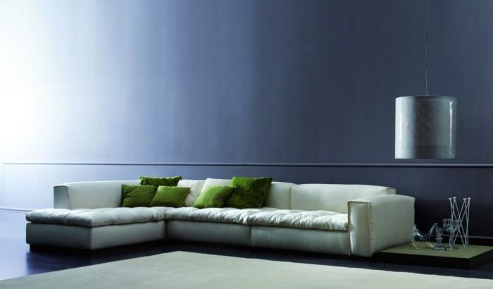 0-salon-avec-natuzzi-canapé-design-italien-blanc-en-cuir-mur-bleu-dans-le-salon