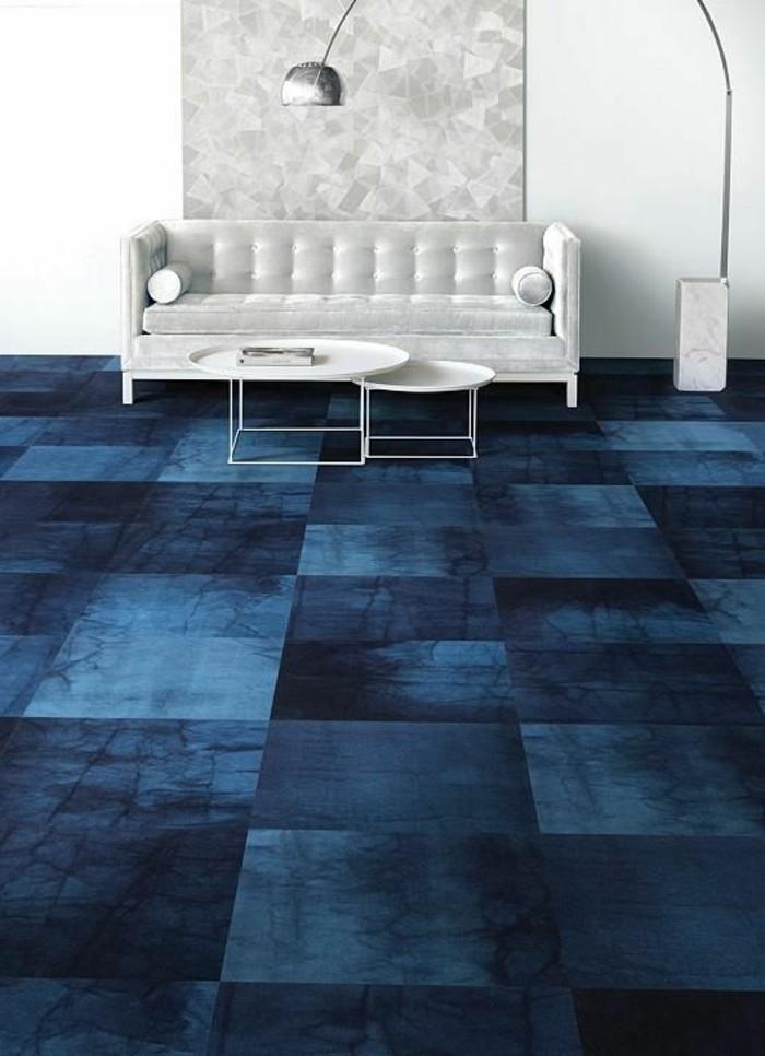 0-salon-ultra-chic-et-moderne-avec-moquette-castorama-bleu-foncé-canape-blanc