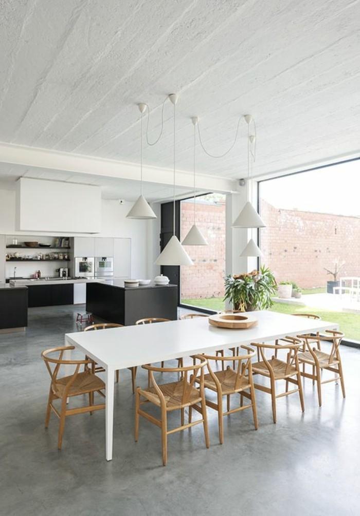 0-table-de-salle-a-manger-rectangulaire-chaises-en-bois-clair-sol-en-beton-ciré