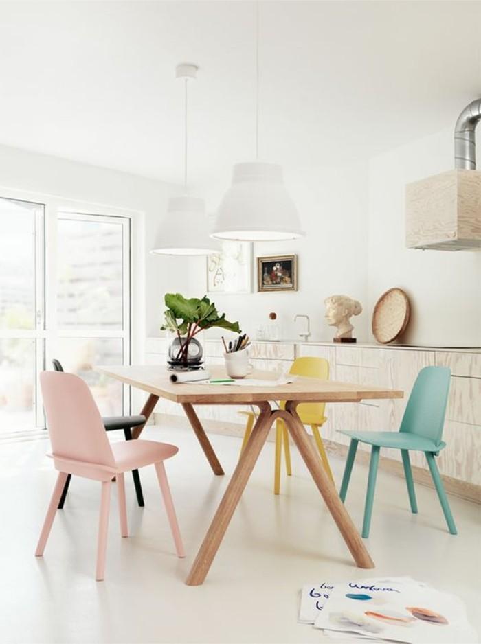 0-table-design-en-bois-clair-avec-chaises-colorées-autour-de-la-table-sol-beige-