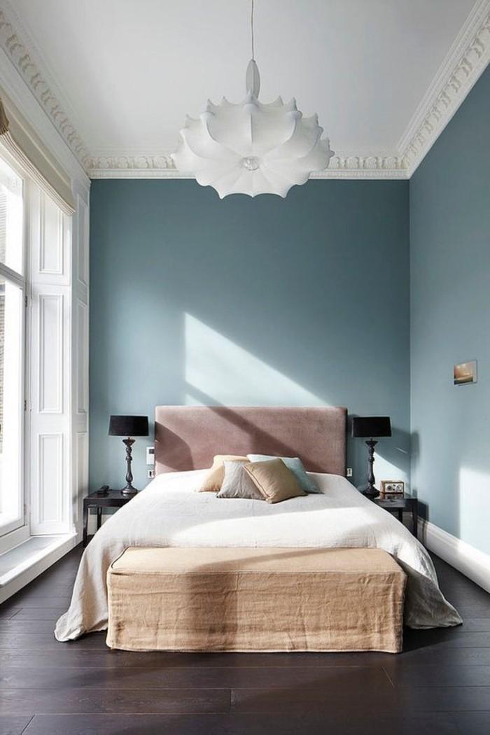 0-une-autre-magnifique-lustre-design-fleur-blanc-murs-bleus-foncés-lit-double-dans-la-chambre-a-coucher