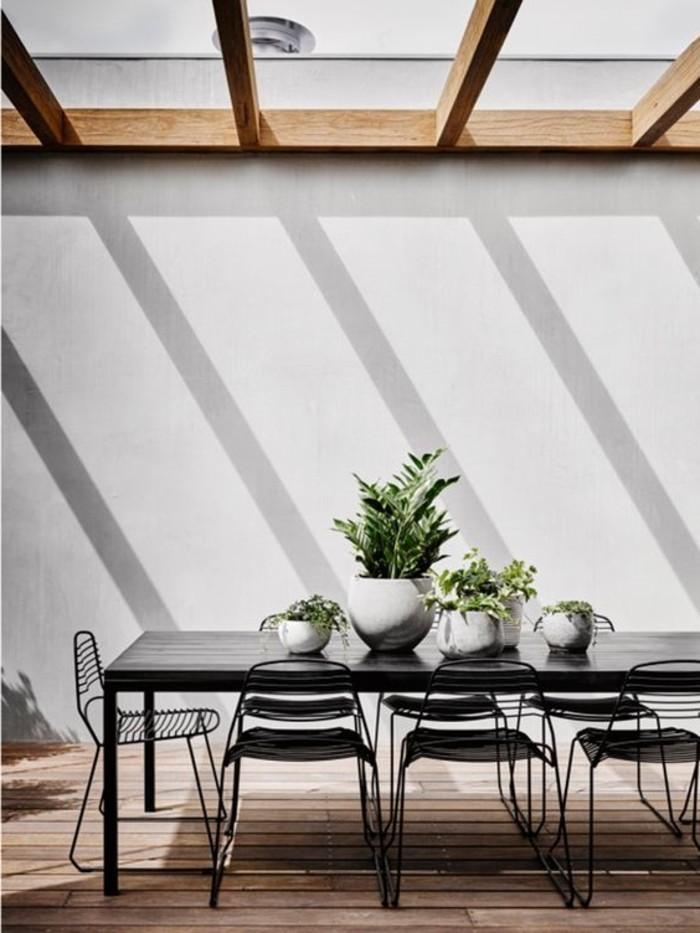 0-verrière-de-toit-pour-la-cuisine-table-et-chaises-de-cuisine-sol-en-bois-clair