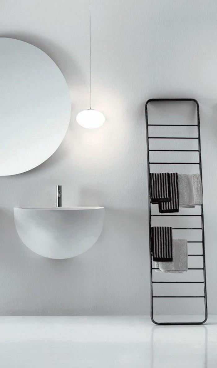 00-portes-serviettes-en-fer-noir-mur-gris-dans-la-salle-de-bain-sol-gris-meubles-muraux
