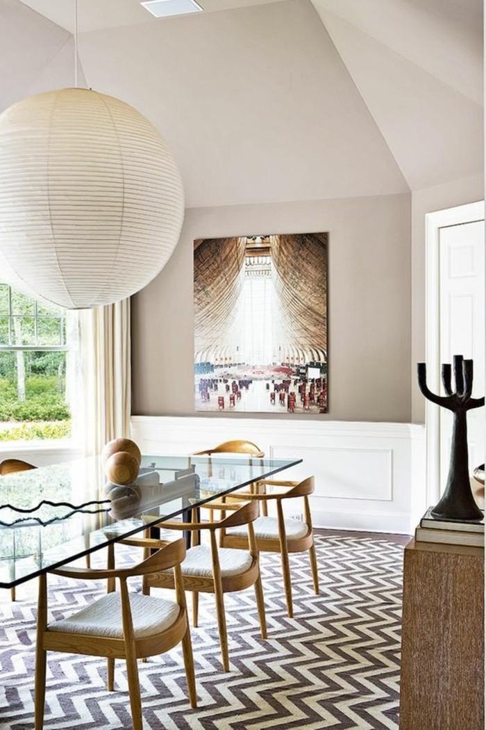 00-table-de-salle-à-manger-design-en-verre-chaises-te-table-en-bois-clair-tapis-aux-rayures-blancs-noirs