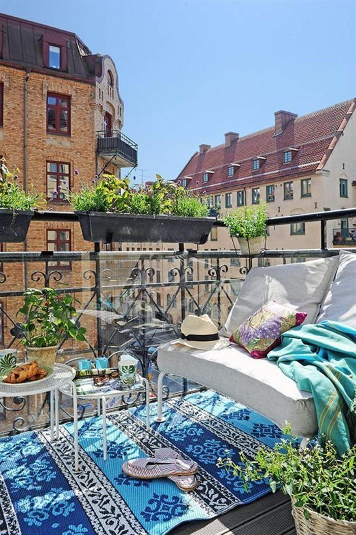 1-idee-deco-balcon-comment-fleurir-son-balcon-tapis-bleu-idee-deco-balcon