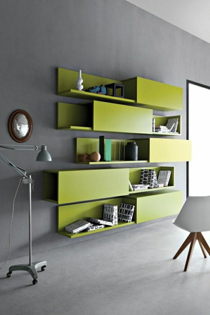 2-étagère-bibliothèque-en-bois-vert-intérieur-gris-bibliothèque-vert-mur-gris-sol-béton-ciré