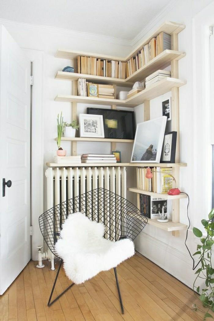 2-0-étagères-d-angle-en-bois-clair-idee-pour-le-salon-originale-amenagement-d-interieur
