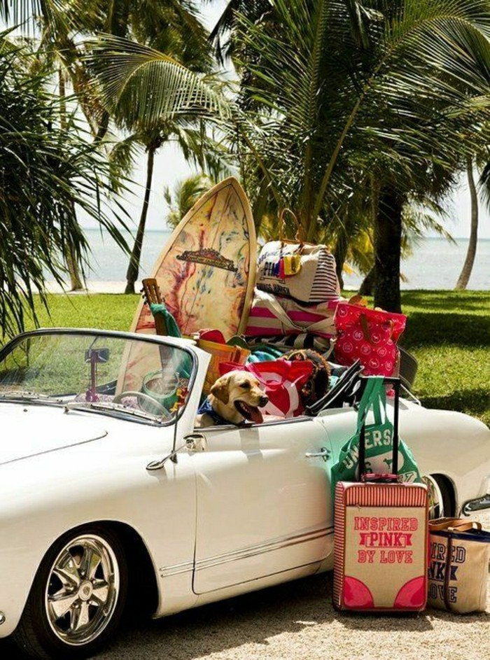 2-0-photo-plage-paradisiaque-voiture-retro-blanc-avec-surfs-destination-de-reve-pas-che