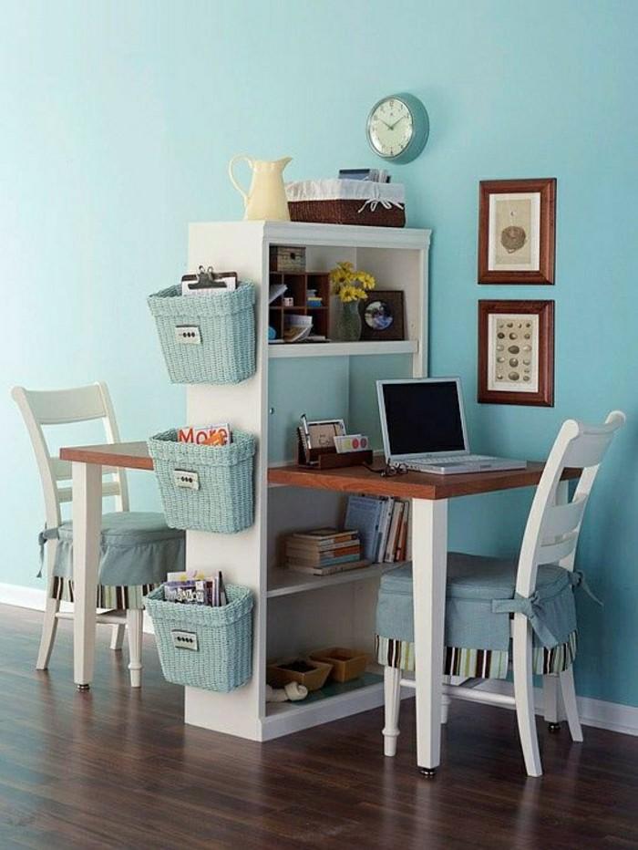 2-bureau-mural-rabattable-en-bois-sol-en-parquet-foncé-murs-de-couleur-bleu-clair