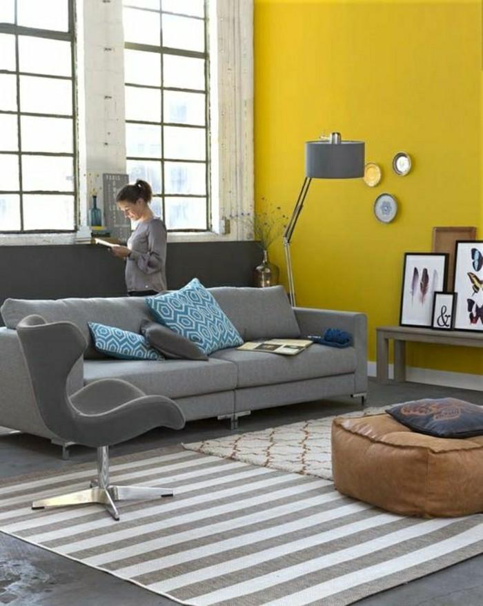 2-salon-chic-gris-jaune-tapis-a-rayures-blancs-gris-canapé-gris-meubles-gris-associer-les-couleurs
