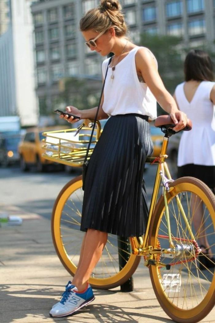 Magnifique-velo-de-ville-femme-style-50-s-rétro-belle-femme-tenue-jolie