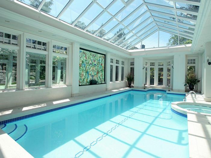 piscine-intérieure-lumineuse-et-belle