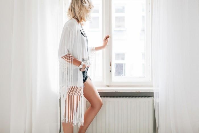 admirable-idée-tenue-de-jour-veste-kimono-style-bohème-chic-cool-photo-blanc-veste-macramé