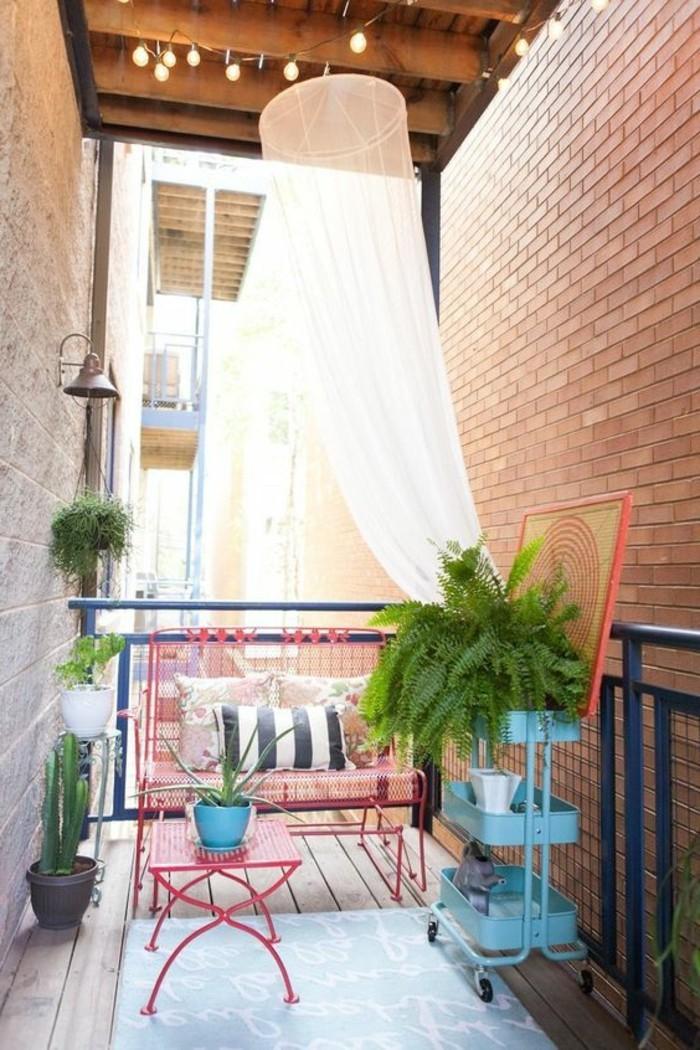 amenagement-balcon-fleuri-sol-en-planchers-en-bois-clair-pour-le-balcon-joli