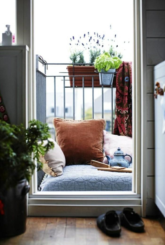 amenager-un-balcon-decoration-de-terrasse-decorer-son-balcon-etroite-cool-idée-amenagement-station-de-thé