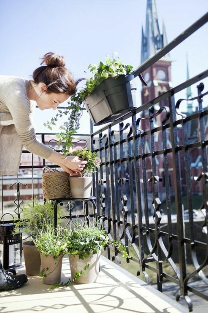 amenager-un-balcon-decoration-de-terrasse-decorer-son-balcon-femme-jolie