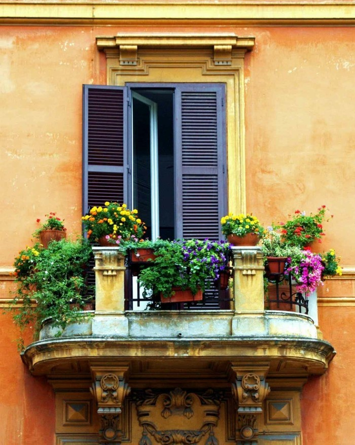 belle-idée-aménagement-terrasse-appartement-idee-jardiniere-facade