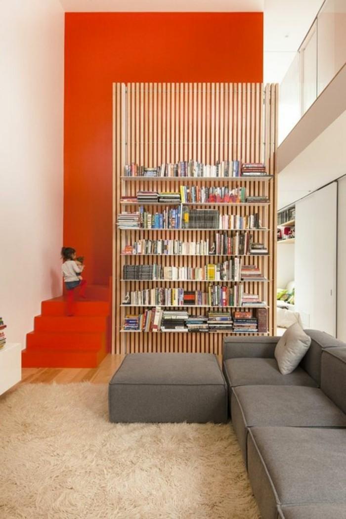 bibliotheque-conforama-etageres-muraux-en-bois-clair-tapis-beige-murs-rouges
