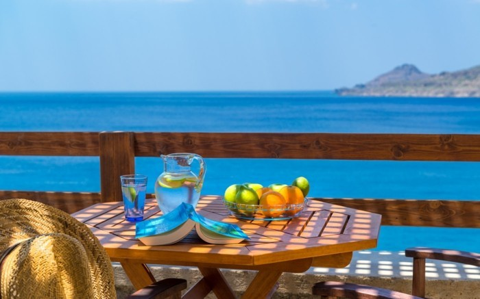 bien-aménager-une-terrasse-decoration-balcon-idee-deco-terrasse-la-mer-ranger-bien