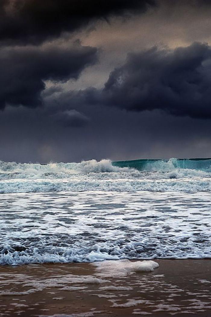 bord-de-la-mer-ciel-menaçant-au-dessus-de-la-mer