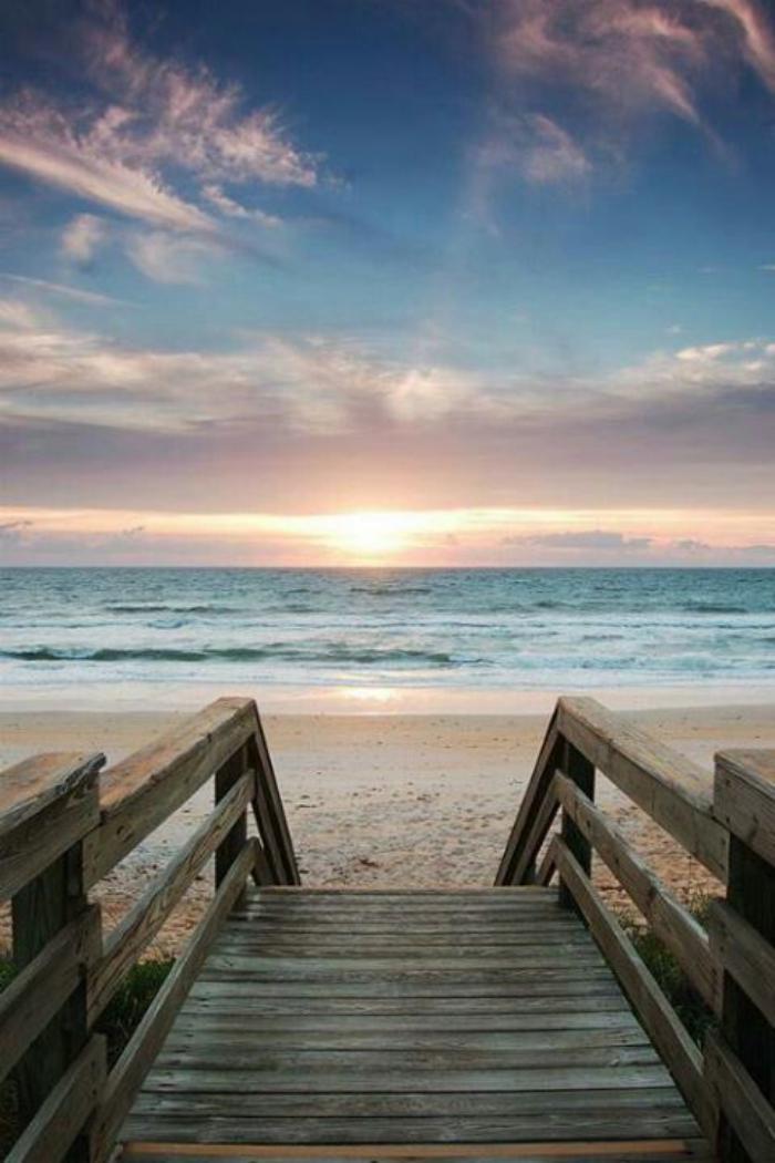 bord-de-la-mer-escalier-en-bois-menant-à-la-plage
