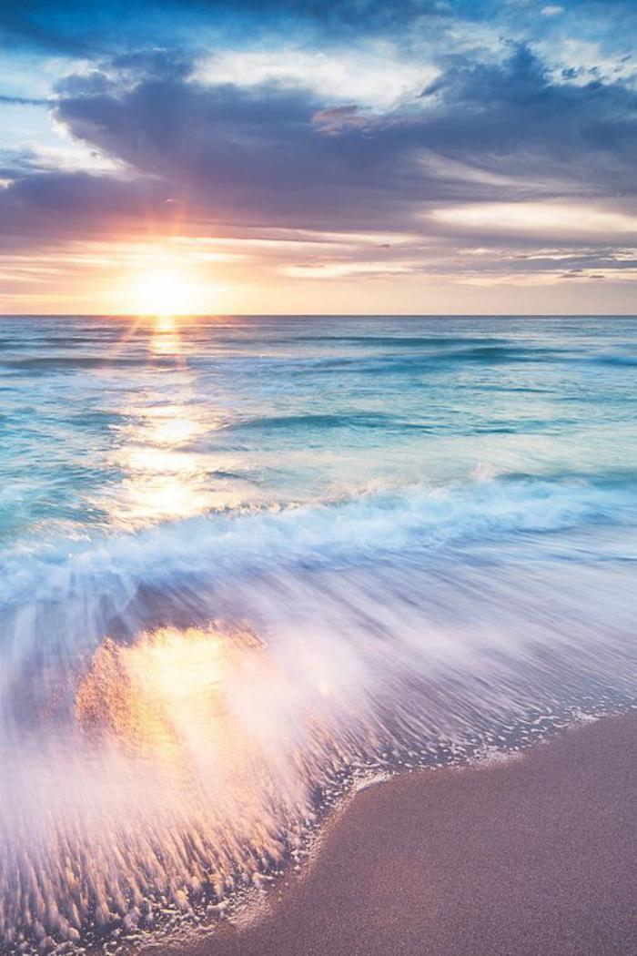 bord-de-la-mer-le-soleil-couchant-qui-reflète-dans-l'eau