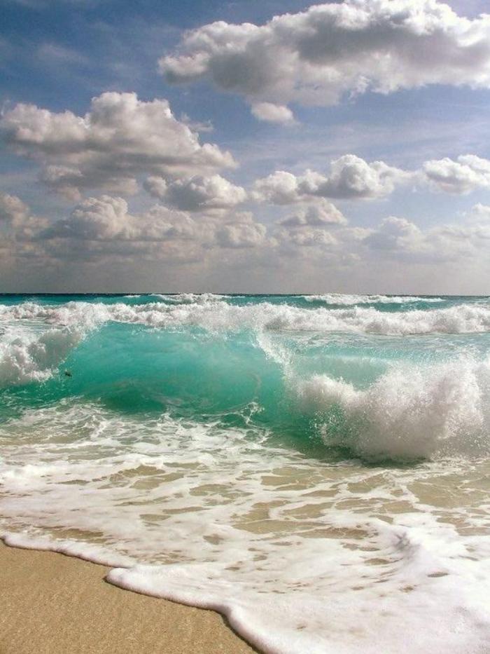 bord-de-la-mer-les-vagues-qui-déferlent