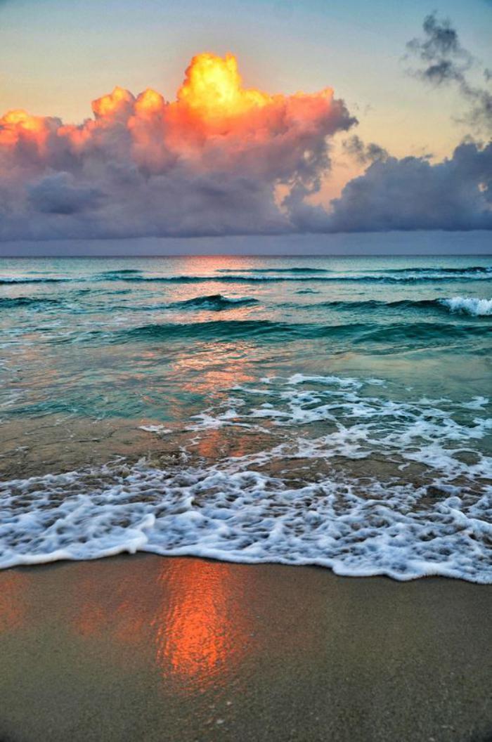bord-de-la-mer-nuages-en-couleur-d'or