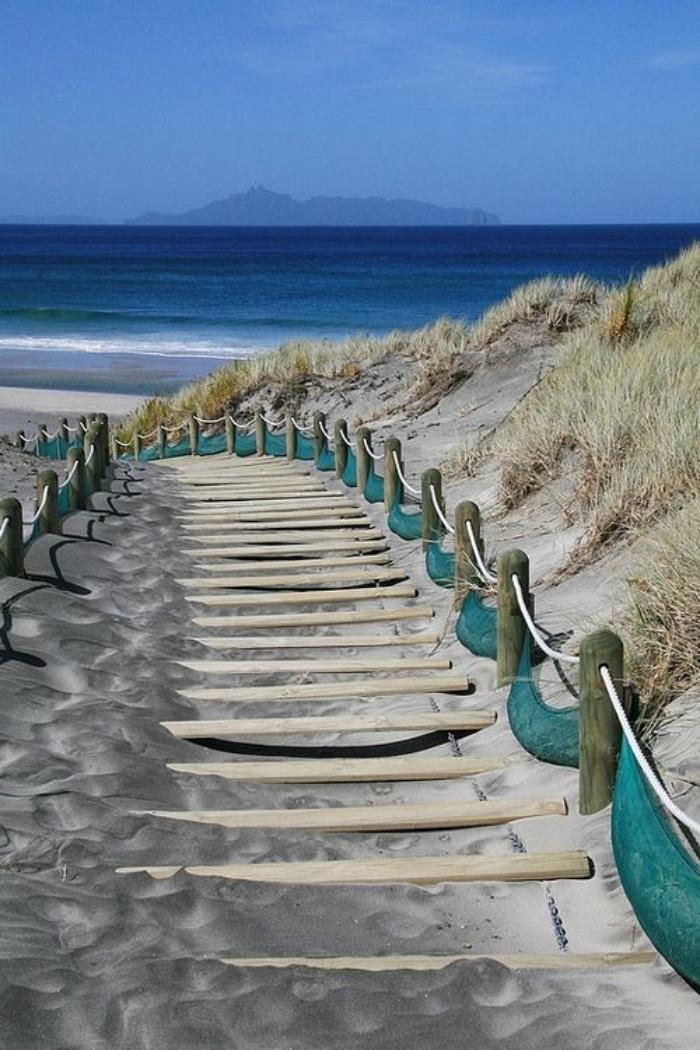bord-de-la-mer-pas-japonais-menant-vers-la-plage