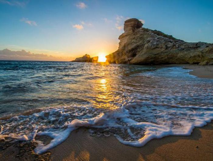 bord-de-la-mer-plage-et-rocher-paysage-coucher-du-soleil