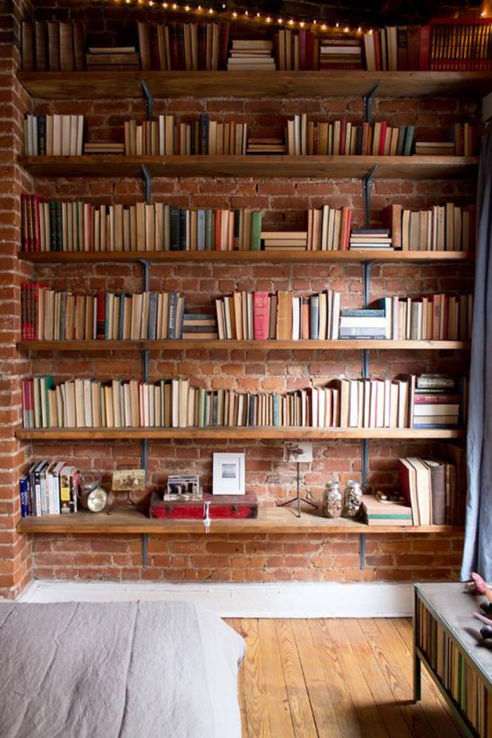 brique-rouge-jolie-bibliothèque-murale