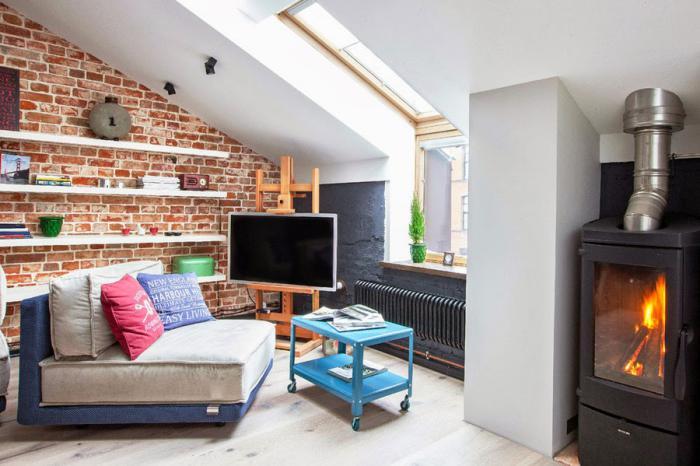 brique-rouge-mur-en-briques-étagères-blanches-et-cheminée-noire