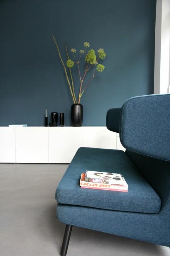 canapé-bleu-foncé-meubles-de-salon-chic-bleus-meubles-d-intérieur-sol-gris